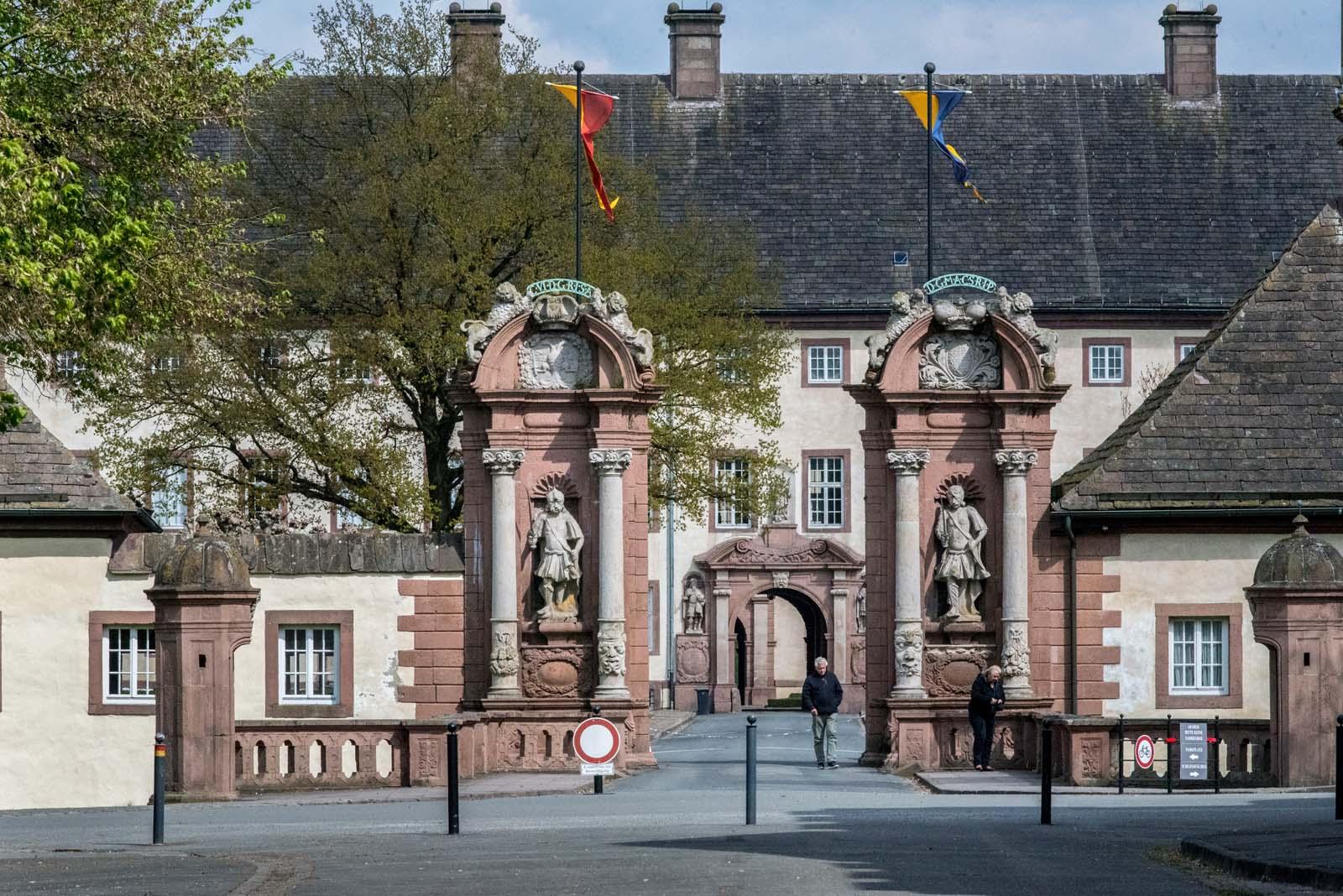 Eingang zum Gelände mit Blick zum Schlossportal